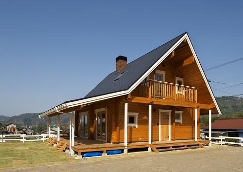 白色の窓枠が映える木の家