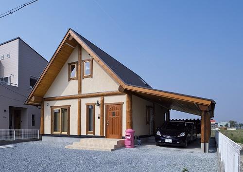 ガレージのある木の家