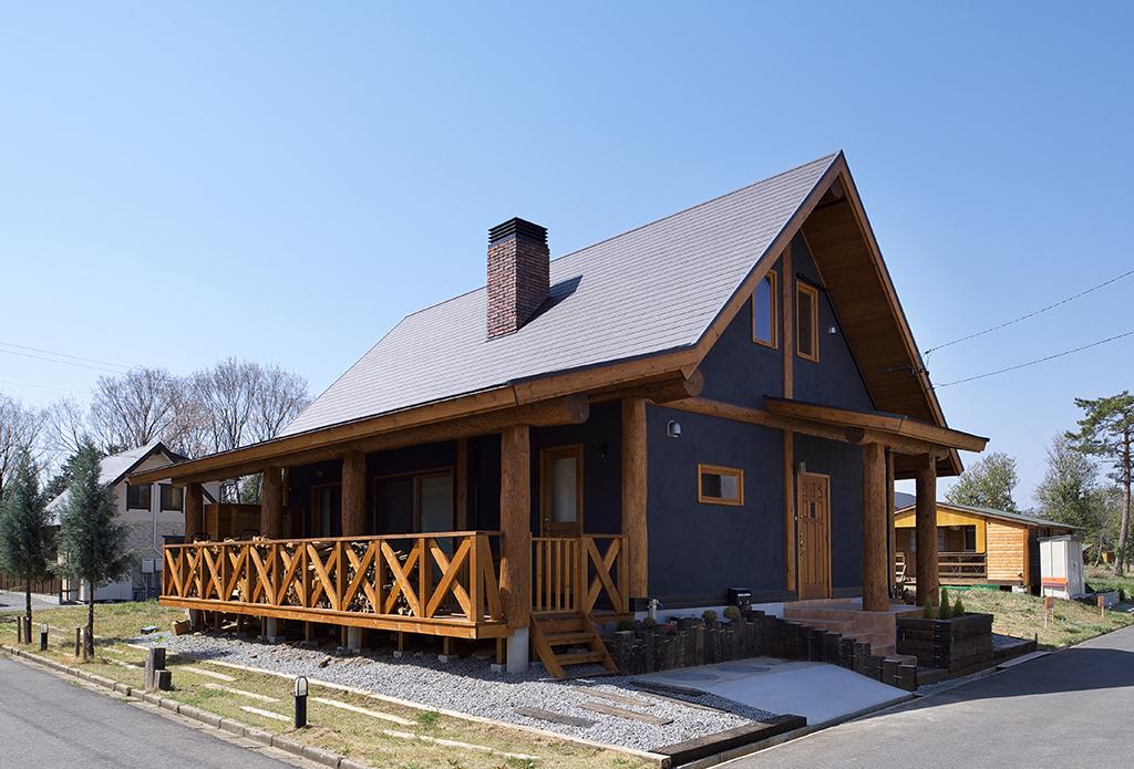 グレー壁の個性的な木の家